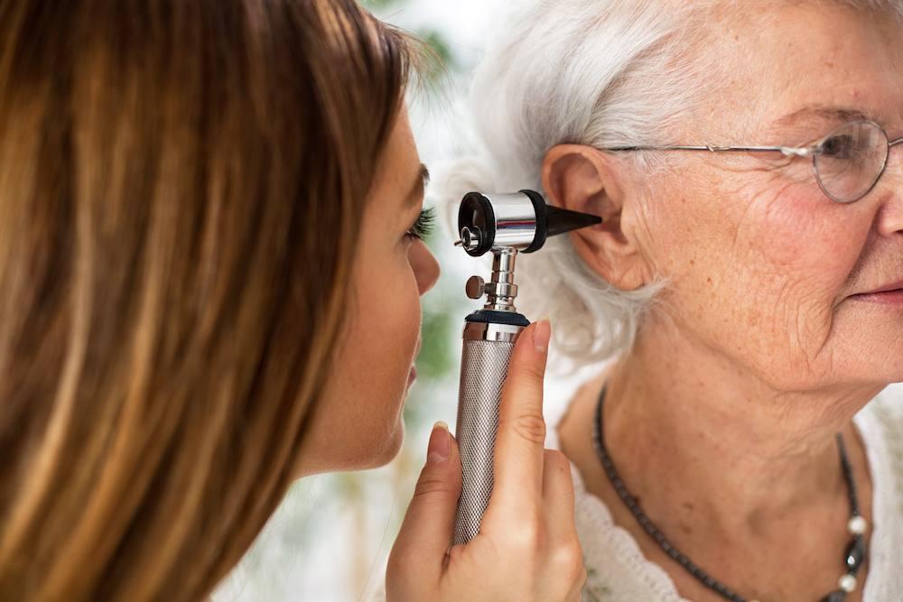 Πως να βοηθήσετε κάποιον που έχει απώλεια ακοής